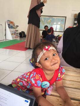 Ekspresi senyum saat bibi Lilis menceritakan cerita dengan 4 buah emosi